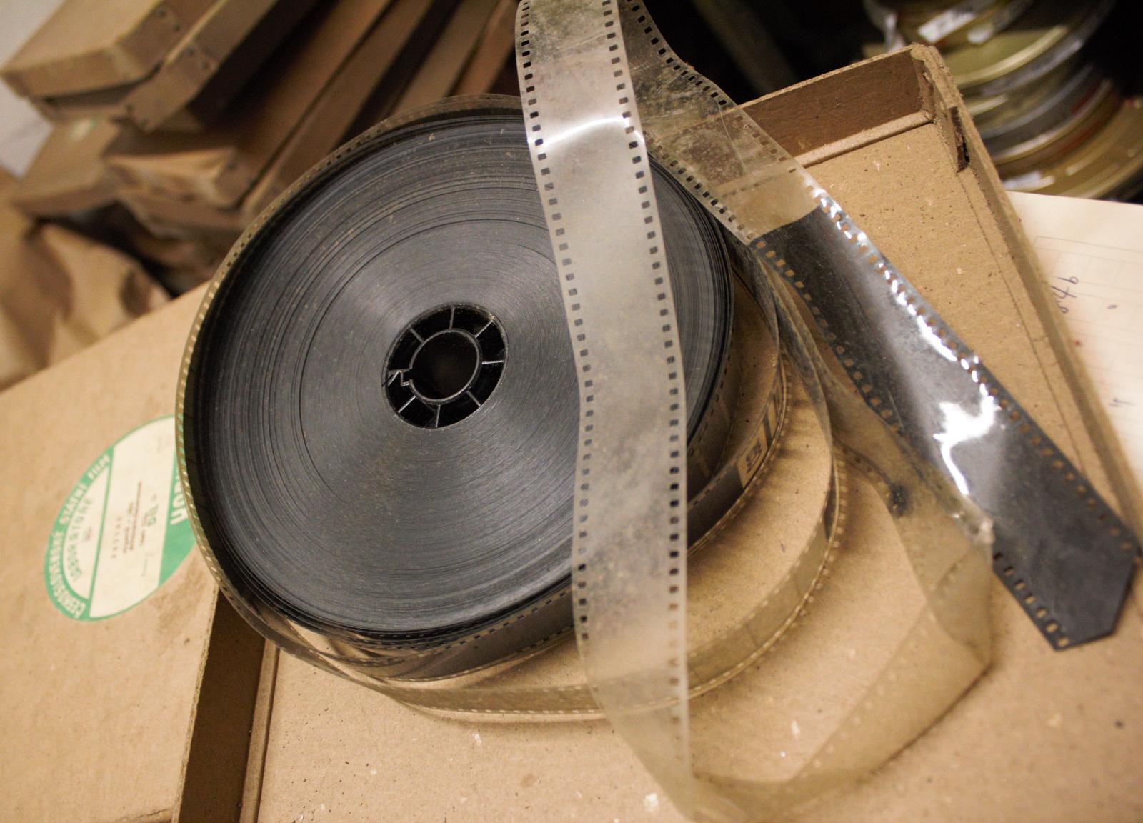 Dvacet beden s desítkami kilometrů filmů nalezl insolvenční správce ve staré výrobní hale jedné zkrachovalé továrny ve Středočeském kraji