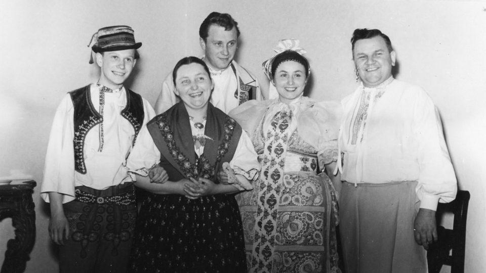 Zleva Dušan Holý, Jarmila Šuláková, Luboš Holý, Boženka Šebetovská a  Jožka Severin (foto z roku 1954)