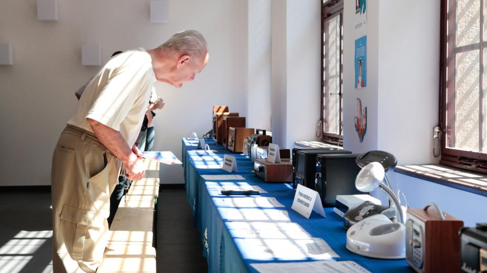Výstava radiopřijímačů v prostorách budoucí kavárny