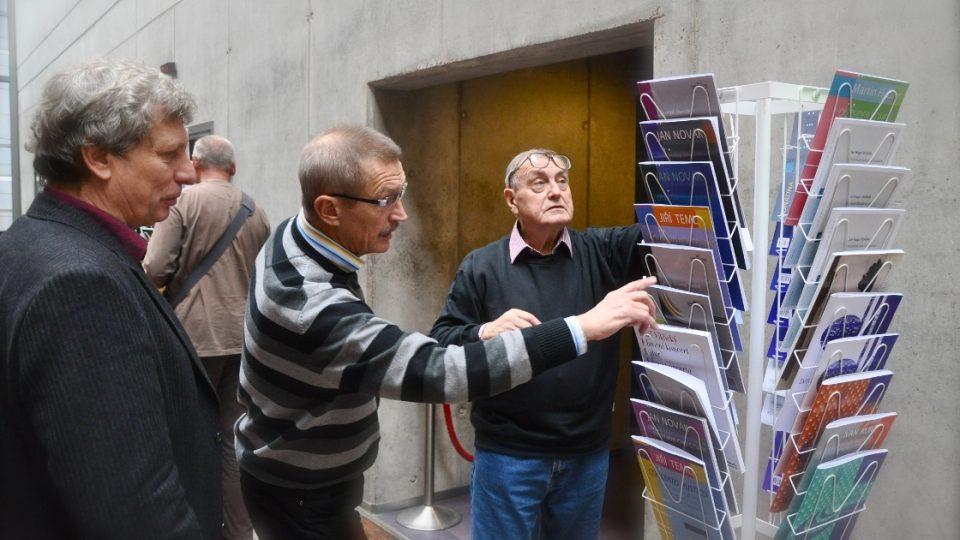Zleva:Jura Pavlica, Emil Viklický, Jiří Teml prohlížejí nové tituly Vydavatelství ČRo