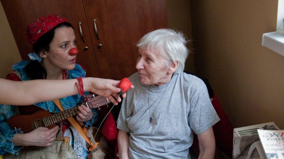 Petra Bučková s klientkou Domova pokojného stáří Kamenná