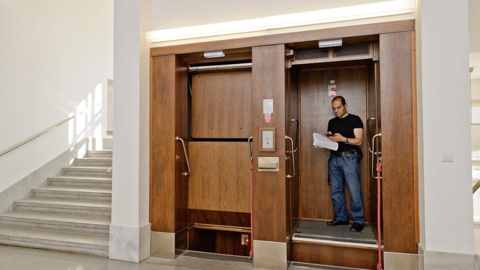 Nejstarší páternoster v České republice dodnes funguje v budově Českého rozhlasu.