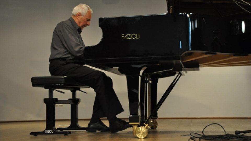 Milan Dvořák u klavíru