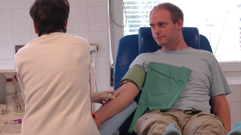 Dárcům se odebírá kolem půl litru krve