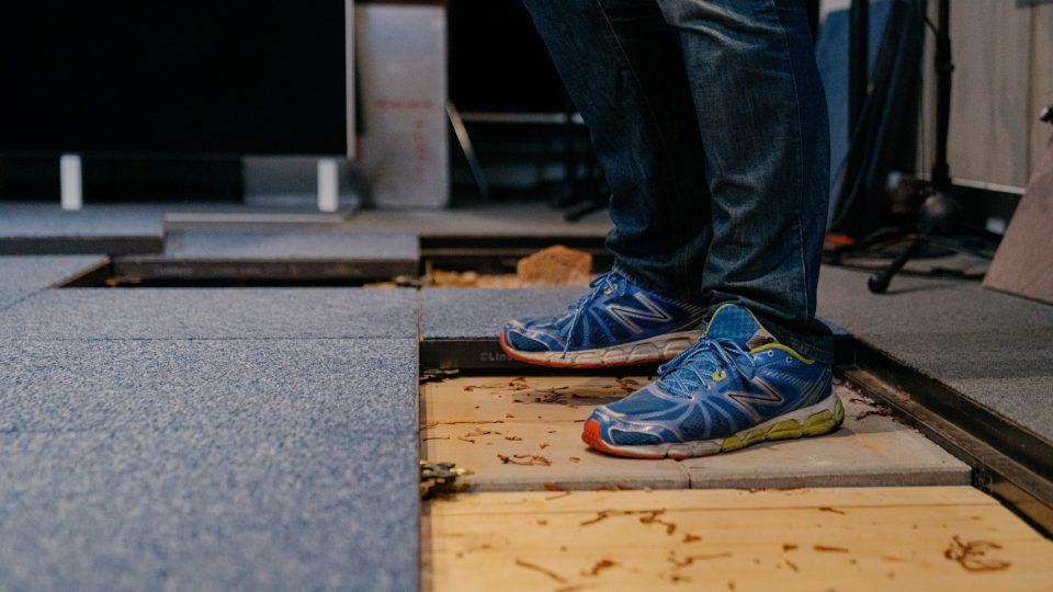 Podlaha nahrávacího studia ukrývá různé povrchy, díky kterým se vytváří venkovní zvuky