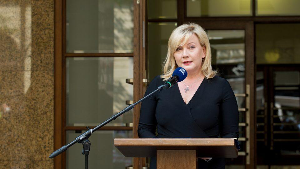 Vicepremiérka Alena Schillerová (za ANO) připomněla před budovou Českého rozhlasu hrdinství jednotlivců, které je podle ní podstatným prvkem svobody a demokracie